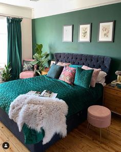 Forest Green wall in the bedroom with green bedding and pink accents to add more colour Credit: Forest Green Bedrooms, Pink Green Bedrooms, Green Bedroom Walls, Green Bedroom Decor, Green Accent Walls, Green Bedding, Room Ideas Bedroom, Green Rooms, Blue Bedroom