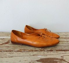 2a4cebd07fec Vintage UNISA Oxfords   1990s Shoes   Lace Up Skimmers   Light Brown  Leather   Embossed