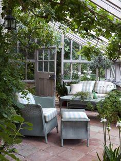 gewächshaus sitzplatz dachschräge kletterpflanzen rattan moebel