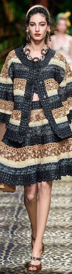 Stricken Sie Perky Little Hat Free Knitting Pattern Dolce & Gabbana sweeater is classic. Crochet Skirts, Crochet Clothes, Crochet Cardigan, Knit Crochet, Moda Crochet, Italian Fashion Designers, Crochet Fashion, Fashion 2020, Boho Chic