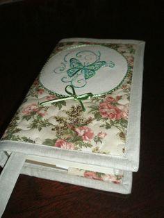 Květinkový obal na knihu s vyšívaným motýlkem Praktický dárek pro vášnivou čtenářku... Obaly knih, vypůjčených z městské knihovny jsou potrhané, ohmatané a nehygienické - do ruky nepříjemné. Obalte si knížku do speciálního, krásného a měkoučkého obalu, se kterým se vaše čtení stane příjemným zážitkem. Přední část balu je ozdobena výšivkou z kolekce ...