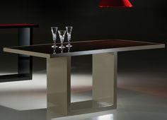 Mesa de jantar Agave de MDF em 50 mm pintado em laca fosca ou brilho, ou em lamina de madeira natural, tampo de madeira com vidro 4 mm. A borda do tampo é sempre do mesmo acabamento da Base, Laca ou Lâmina.