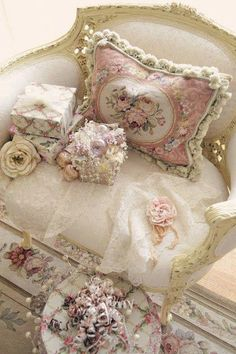 Beautiful vignette with many of my favorite things~via Roses&Decor~❥