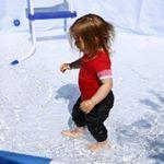 Whrend des PoolAufbaus kann man als Kleinkind schon mal rein und planschen  Lotte und Wasser ey Ach ich freue mich auf den Sommer mit den Kindern