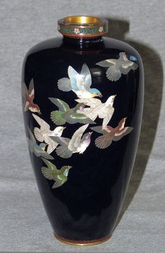 Japanese Cloisonne Enamel Vase with 13 Rock Doves (item detailed views) Japanese Vase, Japanese Porcelain, Metal Vase, Antique Chandelier, China Painting, Chocolate Pots, Porcelain Vase, Art Decor, Art Nouveau