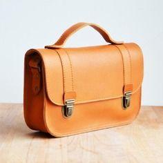 Petit sac cartable en cuir ocre, esprit vintage