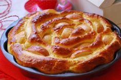 Brioche relleno de crema y mermelada con manzanas.   cuchillito y tenedor