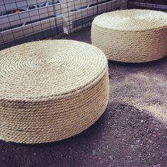 Ottoman/pall gjord av däck, rep, skiva och lim. Lackar dessa så de kan stå ute sen på vår altan
