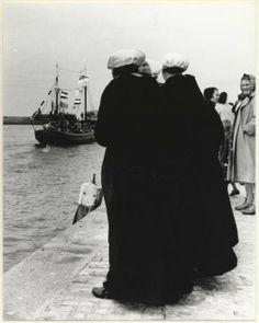 Vlaggetjesdag, Scheveningse vrouwen op de kade bij het Adriaen Maasplein. 1957 Marianne Dommisse #ZuidHolland #Scheveningen