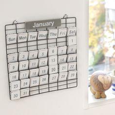 日付を自由に変えられる万年カレンダー。フレームに木製のプレートを引っ掛けて作ります♪ https://room.rakuten.co.jp/room_jp/1700006734524444?scid=we_rom_pinterest_official_20151119_r1