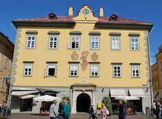 Altes Rathaus mit Wappen und Justitia-Fresko©StadtPresse Klagenfurt, Mansions, House Styles, Travel, Austria, Lady Justice, Crests, City, Viajes
