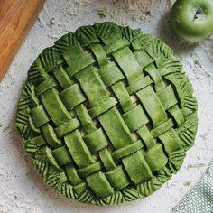 """Vegan matcha apple pie @findfarah"