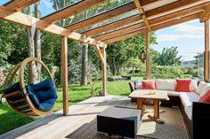 Terrasse mit Glasdach und Holzelementen, die Idee für Ihren Garten. Weitere Inspiration auf tulpenbaum.at Site Design, Outdoor Furniture, Outdoor Decor, Hanging Chair, Pergola, Outdoor Structures, In This Moment, Inspiration, Home Decor