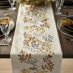 The Idiot's Guide to a Bomb Thanksgiving Table (Hint: Runners!) - - The Idiot's Guide to a Bomb Thanksgiving Table (Hint: Runners! Hand Embroidery Videos, Embroidery Flowers Pattern, Hand Embroidery Patterns, Embroidery Techniques, Ribbon Embroidery, Gold Table Runners, Table Runner And Placemats, Table Runner Pattern, Cushion Embroidery