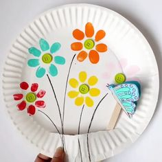 Fingerabdruck-Blumen und fliegender Schmetterling - Frühlings-Handwerk - Crafts for Kids Paper Crafts For Kids, Crafts For Kids To Make, Craft Activities For Kids, Preschool Crafts, Art For Kids, Preschool Kindergarten, Kids Fun, Flower Craft For Preschool, Spring Crafts For Preschoolers