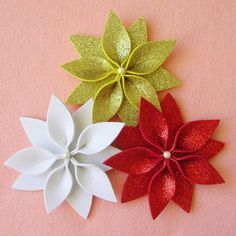 Handmade Christmas Decorations, Felt Christmas Ornaments, Christmas Art, Christmas Projects, Felt Flowers, Diy Flowers, Fabric Flowers, Paper Flowers, Diy Weihnachten