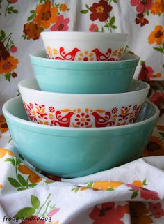 Turquoise and Friendship Pyrex. I'm haven't gotten bitten by the Pyrex bug but I want these bowls! Vintage Bowls, Vintage Kitchenware, Vintage Dishes, Vintage Glassware, Vintage Love, Vintage Items, Vintage Pyrex, Pyrex Display, Pyrex Bowls
