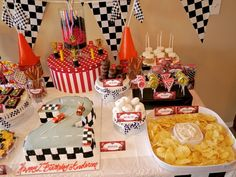 Disney Cars Birthday Party Ideas | Se puede complementar la decoracion con coches de carreras, no necesariamente cars