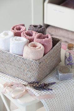 ORGANIZADORA PROFESIONAL DE CASAS Diy Crafts For Home Decor, Upcycled Home Decor, Bathroom Store, Bathroom Towels, Bathrooms, Towel Storage, Storage Baskets, Storage Ideas, Home Hacks