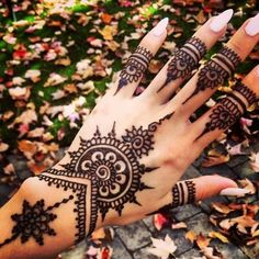 For New Year parties, henna mehndi designs are very popular among women. Have a look at the new mehndi designs. Henna Muster Hand, Henna Tattoo Muster, Henna Tatoos, Body Art Tattoos, Hand Tattoos, Cool Tattoos, Forearm Tattoos, Henna Nails, Henna Arm