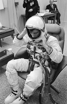 Gemini 3 astronaut John Young Astronauts In Space, Nasa Astronauts, Project Gemini, American Space, Nasa Photos, Nasa Missions, Nasa History, Space Rocket, Vintage Space