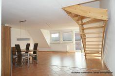 Blick vom Eingang aus Richtung Wohn-Eßbereich mit Balkon und Treppenaufgang zum ausgebauten Spitzboden