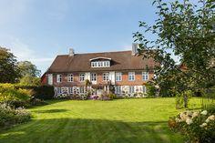 Den vackra och charmiga gården Rugerup i Skåne är nu till salu.