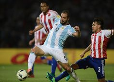 Argentina's Gonzalo Higuain controls the ball marked by Paraguay's Gustavo Gomez during the Russia 2018 World Cup football qualifier match against Paraguay in Cordoba, Argentina, on October 11, 2016. / AFP / Juan Mabromata