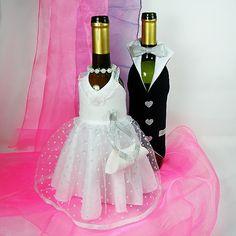 """dárkové obaly na láhve - svatba vhodné jako prezent k svatbě, součástí róby nevěsty jsou korálky a """"kabelečka"""", do které je možno vsunout bankovku, nebo přání, totéž lze vložit ženichovi do poutka na vestičcce a nezbytným doplňkem je samozřejmě motýlek."""
