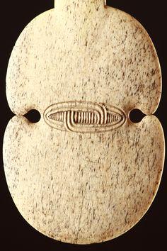 New Zealand Maori Whalebone Stabbing Club 'Kotiate' Polynesian People, Maori Patterns, Maori Art, Bone Carving, Hoe, New Zealand, Weapons, Fine Jewelry, Culture