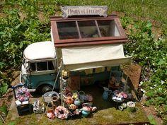 2005年4月号のプラスワンリビングでの特集「アイディアいっぱいの庭を見つけに、京都・山崎へ」という特集に掲載されていた移動販売車を元に制作した作品。この... Miniature Cars, Miniature Food, Diy Dollhouse, Dollhouse Miniatures, Mobile Catering, Victorian Farmhouse, Mini Things, Wood Gifts, Uv Resin