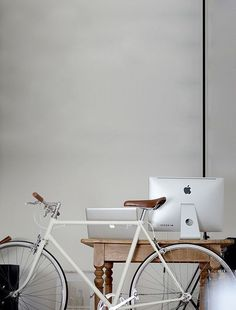 FIxie and workspace = awesome Velo Vintage, Vintage Bikes, Fixi Bike, Furniture Inspiration, Design Inspiration, Bici Retro, Living Spaces Furniture, Space Furniture, Office Workspace