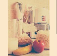 Desayuno. Antes de entrenar, un buen licuado de banana, frutillas, avena. También granola y una manzana. Así se empieza la mañana.