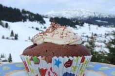 Donauwellen Cupcakes mit leichter Puddingcreme und Schokoraspeln Pudding, Yummy Cupcakes, Creme, Desserts, Food, Baking, Dessert Ideas, Food Food, Tailgate Desserts