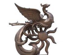 Феникс означает «Король птиц» — это самая известная священная птица древнего Китая. Курица в китайском гороскопе, состоящем из 12 животных, это, на самом деле, Феникс. Первоначально Феникс, также известный как Птица-Солнце или Огненный Феникс, олицетворял мужское начало, а Дракон был связан с женским, символизирующим водные существа.