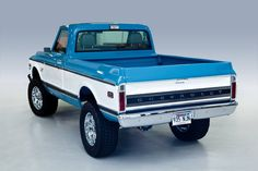 I totally prefer this finish color for this classic chevy truck Vintage Chevy Trucks, 67 72 Chevy Truck, Chevy 4x4, Lifted Chevy, Classic Chevy Trucks, Chevy Pickups, Chevrolet Trucks, Gmc 4x4, Chevy Stepside