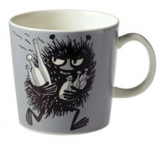 This grey Moomin mug by Arabia from 2001 features Stinky running with bottles he has just swiped. It's beautifully illustrated by Arabia artist Tove Slotte and the illustration can be seen in the fourth original Moomin comic book. Moomin Shop, Moomin Mugs, Tove Jansson, Les Moomins, Grey Mugs, Moomin Valley, Chocolate Caliente, Porcelain Mugs, Helsinki