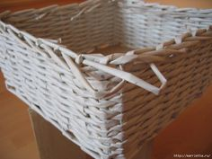 Can you image that you can weave baskets with newspaper? If you have never done basket weaving before, start out with this simple basket weaving project. Recycled Paper Crafts, Upcycled Crafts, Handmade Crafts, Diy Crafts, Recycled Magazines, Handmade Rugs, Newspaper Basket, Newspaper Crafts, Paper Basket Weaving