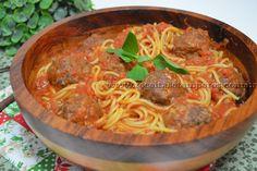 Um delicioso espaguete ao sugo (com uma receita fácil de molho de tomate caseiro) e para completar almôndegas assadas super suculentas. Espero que gostem! Um beijo! Leia mais...