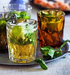 Yndlingsdrinken mojito får et lækkert tvist og en flot gylden farve, når du tilsætter lidt kølig æblemost. Mojito Recipe, Cocktails, Drinks, Pint Glass, Smoothies, Cabbage, Juice, Snacks, Vegetables