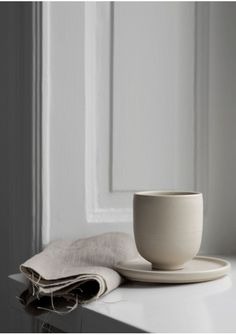 Minimalist Ceramics Handcrafted in Dalarna, Sweden Bowl Sand Cup Sand Plate Sand Design: Melo Studio Potter: Ida Svardstrom Photographer: Sara Medina Lind Home Design, Nordic Design, Modern Interior Design, Interior Styling, Interior Decorating, Studio Design, Ceramic Tableware, Ceramic Clay, Ceramic Pottery