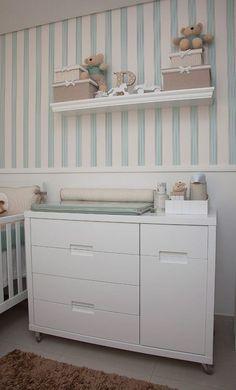 quarto de bebê decorado, parede de listras verticais em azul e branco, prateleira com ursinhos
