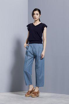 フリル袖も黒なら甘くなり過ぎない。春夏のファッションアイテムVネックコーデを集めました♪