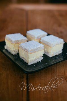 Ce gâteau est une commande pour un fana de crème au beurre. J'avoue ne pas être spécialement adepte de cette garniture, qui est bien souvent lourde et indigeste. Mais il faut bien avouer que …