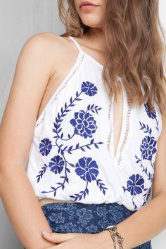 blusa cropped entremeios e bordado | Dress to