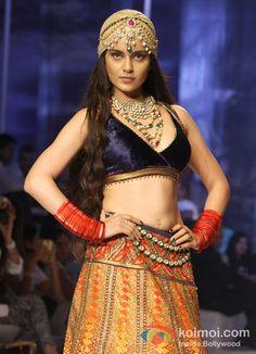 Kangana Ranaut Sizzles The Ramp At Indian Bridal Fashion Week - http://www.koimoi.com/photos/kangana-ranaut-sizzles-the-ramp-at-indian-bridal-fashion-week/