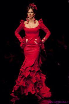 wow red never looked so good. Flamenco Costume, Flamenco Dancers, Flamenco Dresses, Flamenco Wedding, Dress Outfits, Fashion Dresses, Spanish Dress, Rose Bonbon, Tango Dress