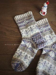 Ravelry is a community site, an organizational tool, and a yarn & pattern database for knitters and crocheters. Knitting Stiches, Knitting Socks, Hand Knitting, Knitting Patterns, Crochet Patterns, Etnic Pattern, Knitted Slippers, Cute Socks, Fair Isle Knitting