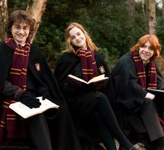 Emma Watson, Daniel Radcliffe and Rupert Grint like Hermione Granger, Harry Potter and Ron Weasley Harry Potter Tumblr, Harry Potter Hermione, Ron Weasley, Mundo Harry Potter, Harry James Potter, Harry Potter Pictures, Harry Potter Universal, Harry Potter World, Harry Potter Characters