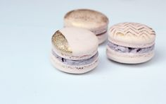 Perfect Macarons with gold / edible gold dust mixed with vodka Macarons, Macaroon Filling, Cookie Time, Macaron Recipe, Tasty Bites, Cookie Decorating, Decorating Tips, Just Desserts, Dessert Recipes